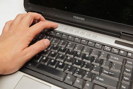 عملیات پس از ریختن مایعات روی لپ تاپ و خشک کردن آن