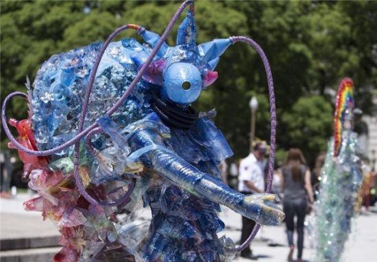 کارهای جالب دانش آموزان و استاد با زباله ها! +عکس