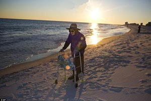 پیرزنی که پس از ۱۰۰ سال برای اولین بار دریا را دید +عکس