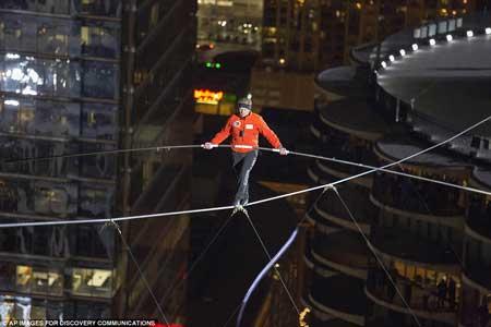 عکس های شکسته شدن رکورد راه رفتن روی طناب