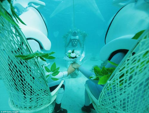 عکس هایی رمانتیک از مراسم عروسی در اعماق اقیانوس! +عکس