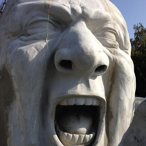 عکس های جالب مجسمه غولپیکر ترسناک در شهر بوداپست مجارستان