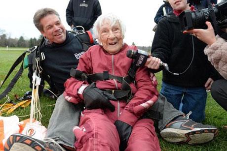 ماجراجویی جالب و عجیب یک پیرزن در سن 100 سالگی! +عکس