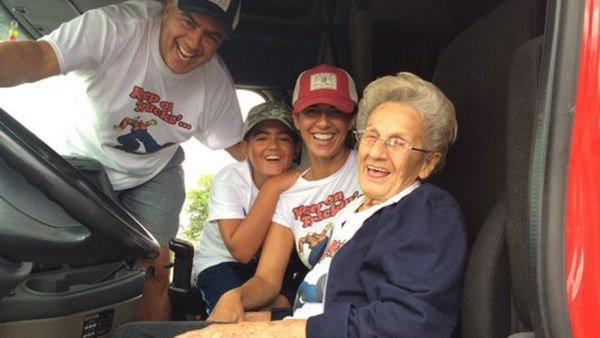 آرزوی پیرزن 97 ساله کامیون سواری براورده شد! +عکس