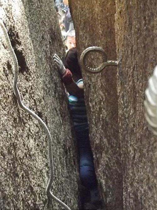 گیر کردن خانمی جوان در بین دو سنگ غول پیکر +عکس