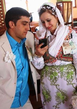 سفید کردن بیش از حد چهره عروس برای ناشناس ماندن!! +عکس