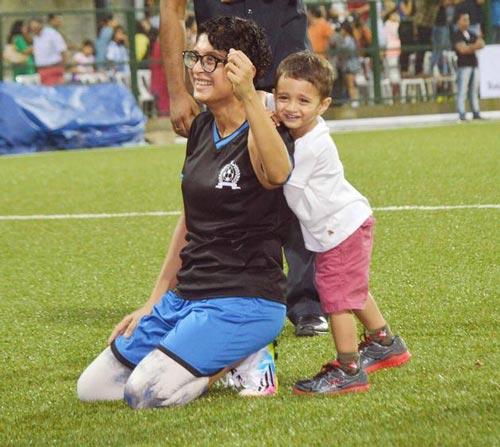 آیشواریا در حال تشویق همسر خود در زمین فوتبال +عکس