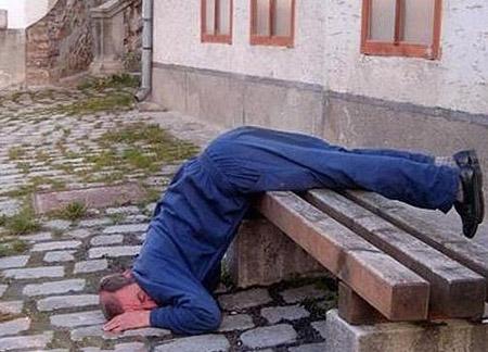 عکس های خنده دار خوابیدن در شرایط سخت