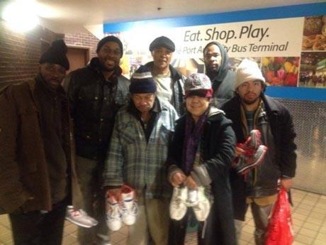 اهدای 5000 کفش به افراد بی خانمان +عکس