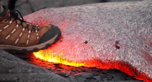 راه رفتن روی گدازه های جهنمی! +عکس