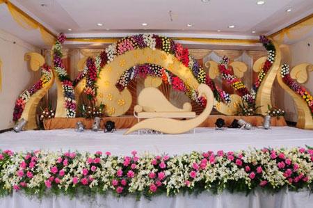 نمونه های زیبا چیدمان و تزیین جایگاه عروس و داماد 2019