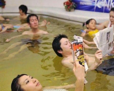عکس های جالب استخر نوشیدنی ها در ژاپن