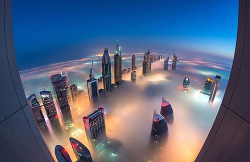 بلندترین آسمانخراش دبی در میان هاله ای از مه