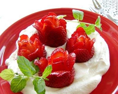 میوه آرایی به کمک توت فرنگی به شکل گل های متفاوت +عکس