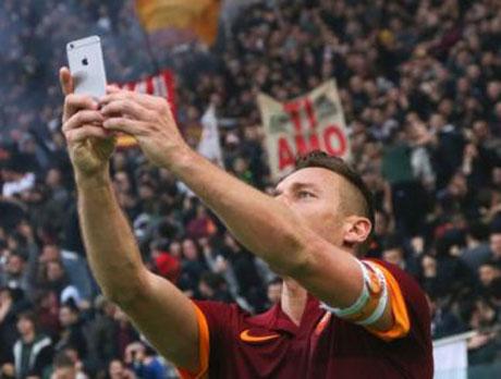 سلفی جالب فوتبالیست افسانه ای ایتالیا پس از گل +عکس