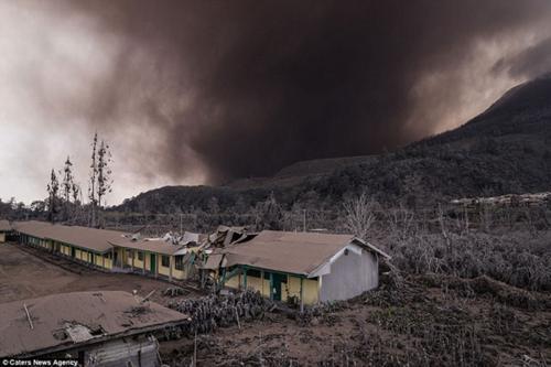 رعد و برق هولناک و فوران خاکستر آتشفشانی در اندونزی +عکس