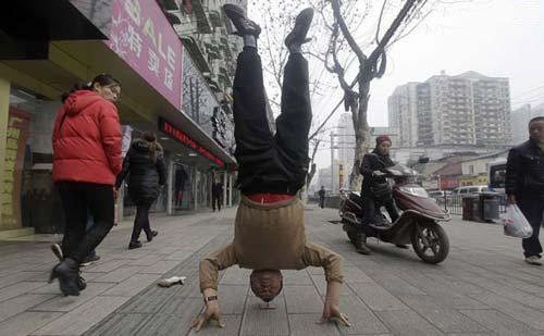 حفظ تعادل مرد چینی با سر روی 1 عدد میخ! +عکس