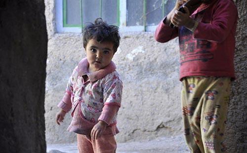 دخترک 2 ساله ای، غرق در اعتیاد و گدایی! +عکس