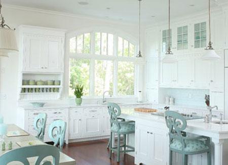 طراحی دکوراسیون آشپزخانه به کمک صندلی اُپن +عکس