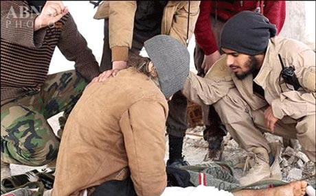 عکس های قتل فجیع یک پیرمرد به اتهام لواط توسط داعش (+18)