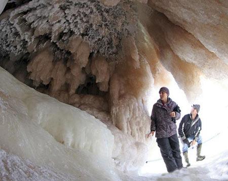 شگفت انگیزترین غارهای یخی در دریاچه سوپریر + عکس