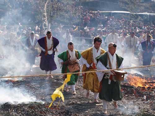 فستیوال راه رفتن بر روی آتش در ژاپن +عکس