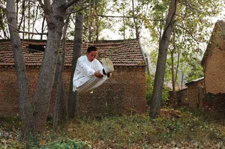 مرد چینی که هرروز خود را دار حلق آویز می کند!! + عکس