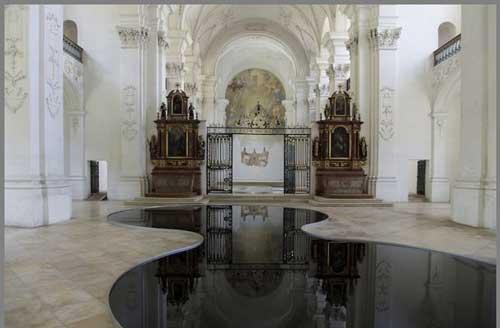 عکس های جالب استخر نفت در فضای داخلی کلیسا