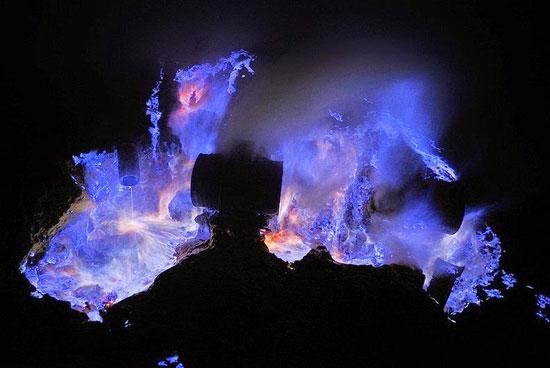 عکس های جالب آشفشان کاوا ایجن با گدازه های آبی رنگ