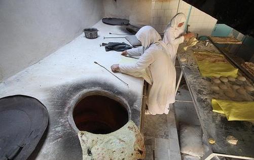 تصاویری جالب از نانوایی بانوان با قدمت بیش از 40 سال