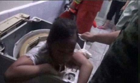 تصاویر دختری که در ماشین لباسشویی گیر