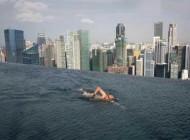 رعب آور ترین استخر دنیا در بالای برجی در سنگاپور