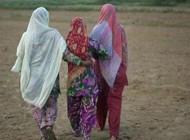 این زنان دسته جمعی به توالت میروند