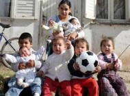 این دختر جوان با 7 فرزندش چگونه زندگی میکند (+عکس)