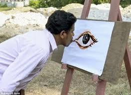 نقاشی کشیدن عجیب این مرد با زبان