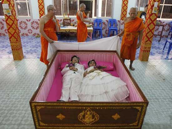 عکس مراسم عجیب عقد در تابوت 2 نفره