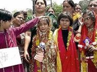 ازدواج عجیب دو دختر 10 ساله با قورباغه