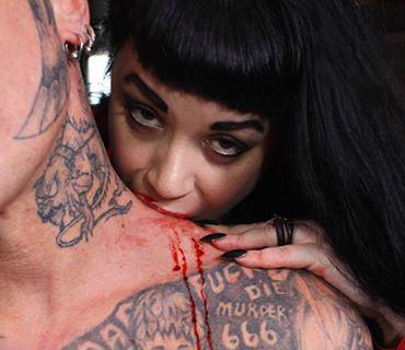 این زن یک خون آشام واقعی است او به خون اعتیاد دارد