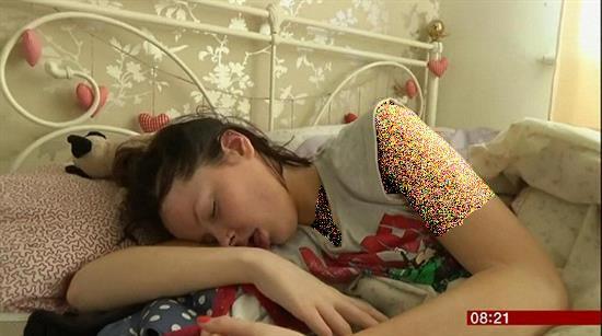دختری که مانند زیبای خفته کلا خواب است
