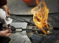 روش عجیب سوزاندن مو به جای قیچی کردن
