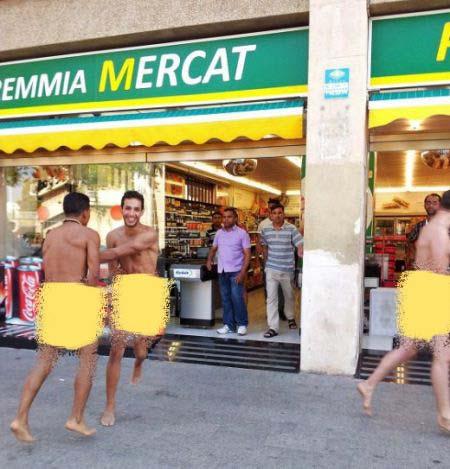 تصاویر توریست های مست لخت و برهنه در سوپرمارکت