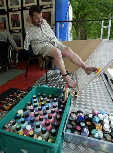تصاویر حیرت انگیز از نقاشی های بدون دست