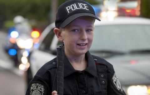 پلیس مهربان آرزوی این پسر را قبل از مرگ برآورده کرد