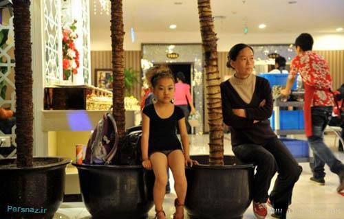 رقاصی این دختر زیبا در پاساژها برای پول