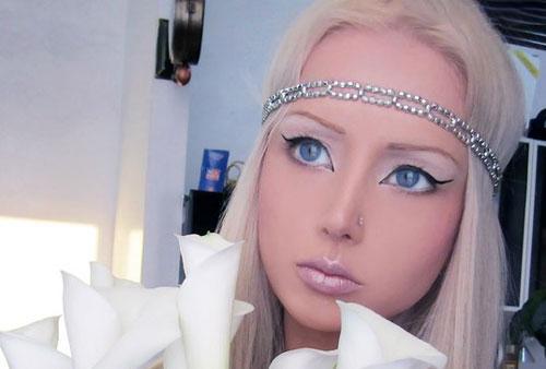 این دختر خودش را به عروسک زنده تبدیل کرده