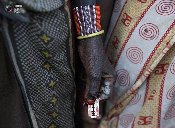 تصاویر وحشتناک از ختنه کردن دختر های آفریقایی