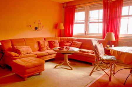 دکوراسیون زیبای سالن پزیرایی با تم نارنجی