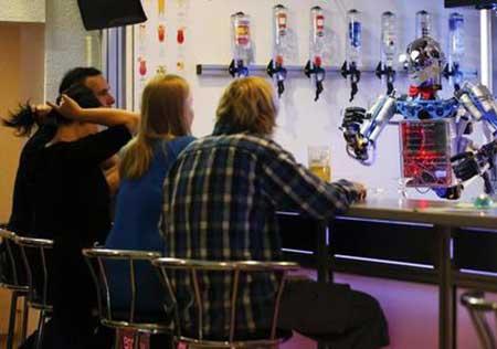 رابطه جالب ربات انسان نما و انسان واقعی