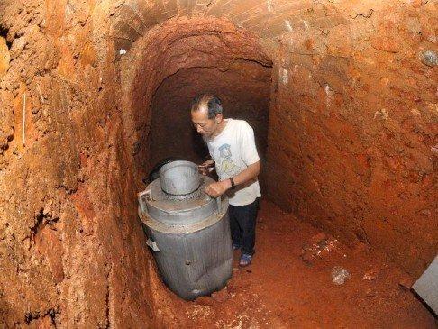 این مرد پس از طلاق از همسرش به این غار فرار کرد