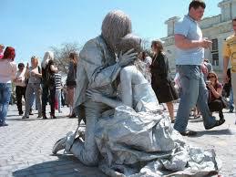 مجسمه هاي زيباي زنده در گوشه و كنار خيابان